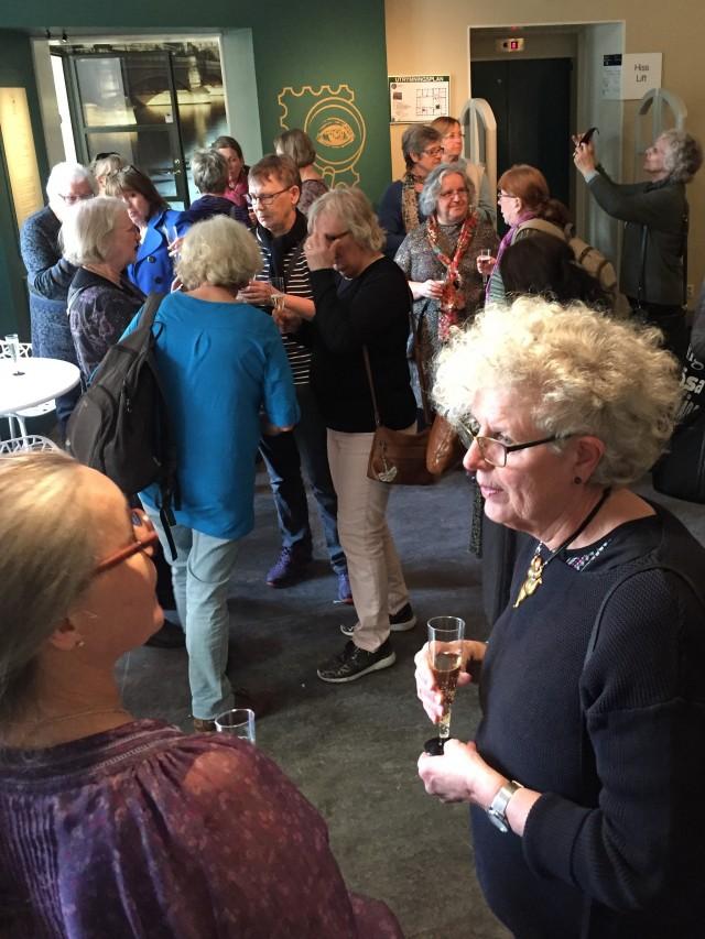Föreningens ordförande Ingela Gréau i samspråk med Postmuseums utställningsproducent Vivi Nybom (t.v.)