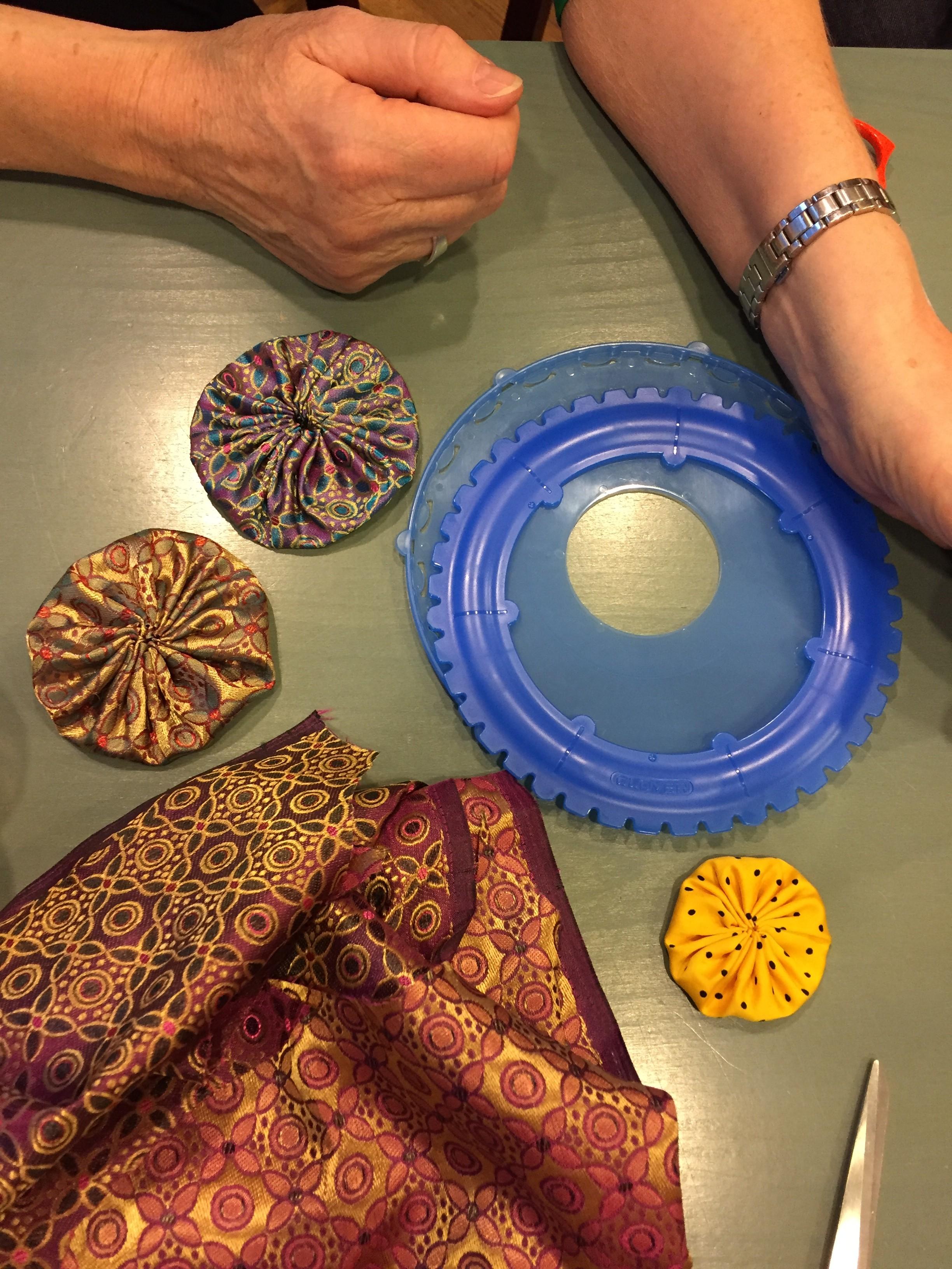Storleken på en Yo-Yo-maker kan vara allt från en väldigt liten rundel till tallriksstora.